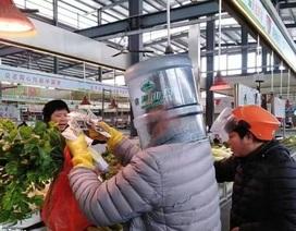 Người Trung Quốc trùm túi nilon, đội chai nhựa tránh virus corona