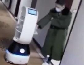 Robot giao đồ ăn được huy động tại vùng dịch virus corona