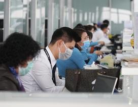 Hành khách, nhân viên đeo khẩu trang kín mít ở sân bay phòng virus corona