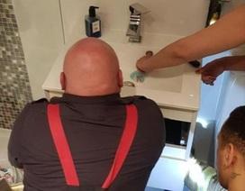 Xấu hổ vì phải gọi lính cứu hỏa giải cứu ngón tay mắc kẹt 20 phút trong bồn rửa mặt