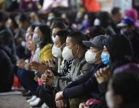 Cảnh tượng chưa từng có: Hàng nghìn người Hà Nội đeo khẩu trang làm lễ cầu an đầu năm