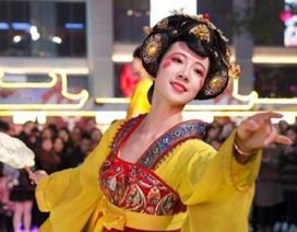 """Vừa múa đẹp, vừa sở hữu vẻ """"tuyệt sắc giai nhân"""", cô gái kiếm bộn tiền trên phố"""