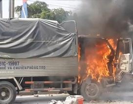 Xe tải bốc cháy khi đang chạy, cabin bị thiêu rụi