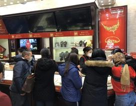 Bảo Tín Minh Châu phát hàng nghìn khẩu trang cho khách hàng mua vàng Vía Thần Tài