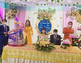 Đám cưới thời dịch corona: Cô dâu, chú rể và quan khách đều đeo khẩu trang kín mít