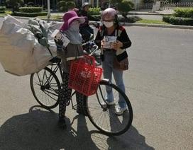 Đội nắng phát khẩu trang, nước sát khuẩn cho người đi đường