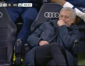 Biểu cảm hài hước của HLV Mourinho khi Tottenham chịu phạt đền