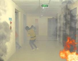 Bộ Công an giải đáp về kỹ năng mở cửa phòng thoát khỏi đám cháy