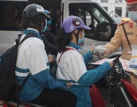 Cảnh sát giao thông lập chốt, phát hàng nghìn khẩu trang miễn phí phòng chống virut corona
