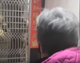 Video mẹ bác sĩ Vũ Hán bật khóc đưa đồ ăn cho con bị cách ly