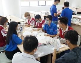 Sinh viên, giảng viên chế nước rửa tay, làm khẩu trang phòng dịch Corona