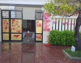 """Nhà riêng của Giám thị Trại giam bị """"tấn công"""" bằng sơn và trứng thối"""