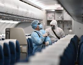"""Cận cảnh hoạt động khử trùng máy bay trở về từ """"tâm dịch"""" corona"""