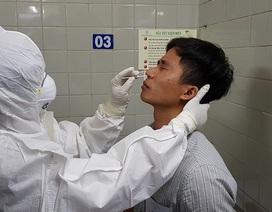 Cận cảnh bác sĩ phết dịch mũi họng ca nghi nhiễm corona