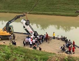 Hàng chục người lao xuống sông cứu tài xế mắc kẹt trong ô tô