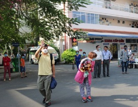 Chiến thắng virus corona chàng trai Trung Quốc đến bệnh viện đón mẹ