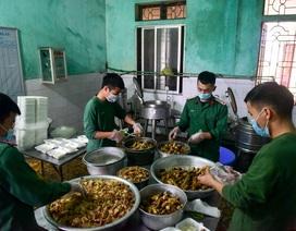 Chiến sĩ vội vã chuẩn bị hàng trăm suất cơm trong khu cách ly tại Lạng Sơn