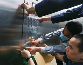 Chung cư Hà Nội dùng độc chiêu bọc nilon thang máy, phòng dịch corona