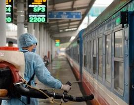 Cận cảnh khử trùng chống dịch cúm trên đoàn tàu Thống Nhất