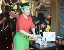 Phi Nhung cùng 3 con nuôi nghỉ chạy show để đi phát khẩu trang miễn phí