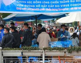 Hàng trăm người dân đội mưa xếp hàng nhận khẩu trang miễn phí