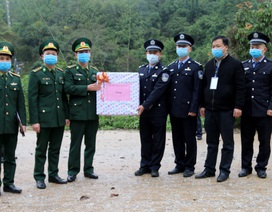 Tặng 60.000 khẩu trang cho lực lượng chức năng và nhân dân Trung Quốc