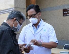 Nhiều nơi phát khẩu trang, hướng dẫn người nhà bệnh nhân phòng ngừa corona
