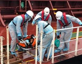 """Thủy thủ bảo hộ """"kín mít"""" khi cứu thuyền viên Philippines thời dịch corona"""