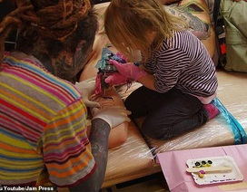 """""""Thợ"""" xăm nhỏ tuổi nhất thế giới học việc từ tuổi tập đi"""
