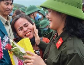 Huế: Nữ tân binh duy nhất trong số hơn 1.300 thanh niên nhập ngũ
