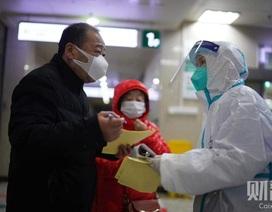"""Mòn mỏi """"đêm trắng"""" vì dịch corona tại phòng cấp cứu ở Vũ Hán"""