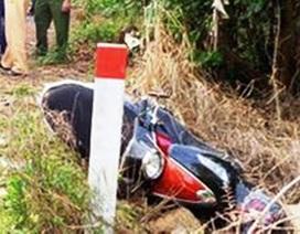 Xe máy kẹp 3 tông vào cột mốc, 2 thanh niên chết thảm