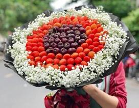 Bó hoa dâu tây, sô cô la ánh kim hút khách mua quà tặng Valentine