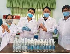 Thầy trò trường ĐH Sư phạm Đà Nẵng pha nước rửa tay, giúp dân phòng dịch