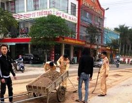 CSGT cùng người dân dọn đất, đá rơi vãi trên đường