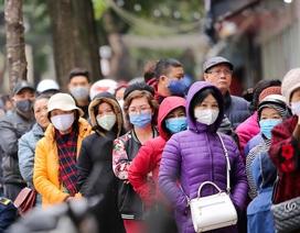 Hà Nội: Xếp hàng dài cả trăm mét đợi mua khẩu trang diệt khuẩn