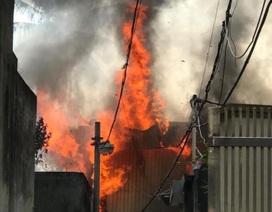 Hà Nội: Cháy lớn tại xưởng gỗ, khói lửa bốc cao hàng chục mét