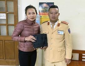 Hà Nội: Đánh rơi số tiền lớn, cô gái mừng khôn xiết khi được CSGT trả lại