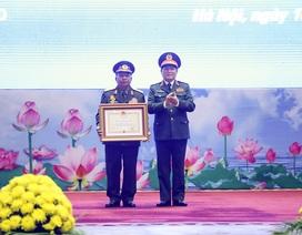 Bộ trưởng Quốc phòng Lào nhận huân chương của Chủ tịch nước Việt Nam