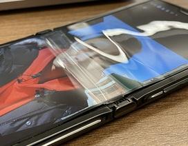 Màn hình gập Motorola Razr 2019 bị bong sau 1 tuần sử dụng