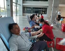 Hàng trăm nhân viên y tế hiến máu tình nguyện trong mùa dịch Covid-19