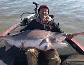 Câu được cá tầm thìa nặng 71kg phá kỷ lục thế giới