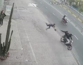 Người phụ nữ bị giật túi xách ngã đập mặt xuống đường