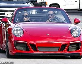 Jennifer Lopez và Alex Rodriguez nổi bật trên phố với xe sang đỏ rực