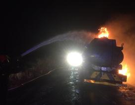 Xe bồn bất ngờ bùng cháy trên đường, tài xế may mắn thoát nạn