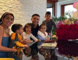 C.Ronaldo gây sốt với hình ảnh người bố mẫu mực