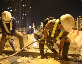 Hà Nội: Công nhân xuyên đêm sửa khe co giãn trên cầu Vĩnh Tuy