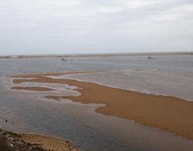 Cửa biển bị bít, tỉnh lo sông nhấn chìm làng mạc