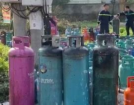 """Hơn 50 cảnh sát """"giải cứu"""" hàng trăm bình gas khỏi đám cháy"""