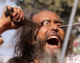 Kinh dị nghi lễ móc mắt tại lễ hội Ấn Độ